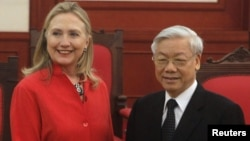 U.S. Secretary of State Hillary Clinton (L) poses for a photo with Vietnam's Communist Party's General Secretary Nguyen Phu Trong at the Party's Head Office in Hanoi, July 10, 2012.
