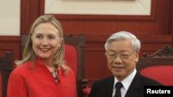 美国国务卿克林顿和越南共产党总书记阮富仲7月10日在河内