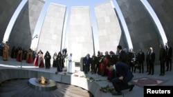 Đức Giáo Hoàng Phan Xi Cô và Đức Thượng Phụ Karekin II tham gia buổi lễ tưởng niệm những người Armenia bị giết hại thời Đế quốc Ottoman trong Thế chiến Thứ nhất tại Đài tưởng niệm Diệt chủng Tzitzernakaberd ở Yerevan, Armenia, ngày 25 tháng 6 năm 2016.