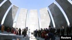 罗马天主教教宗方济各与亚美尼亚使徒教会的教长卡里坚二世在亚美尼亚首都埃里温的共和国广场参加了有着数千人到会的一个宗教仪式并祈祷和平(2016年6月25日)