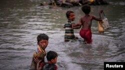 지난해 로힝야족 어린아이들이 미얀마 서부 라카인주에서 진행 중인 박해를 피해 미얀마와 방글라데시 국경을 흐르는 나프강을 건너고 있다.
