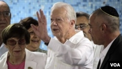 Carter con la presidenta de la Comunidad Hebrea cubana, Adela Dworin (izq.)