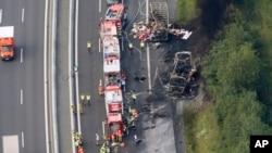 독일 고속도로에서 3일 관광버스가 충돌사고로 불이 나 18명이 사망했다. 사고 현장을 상공에서 촬영한 사진이다.