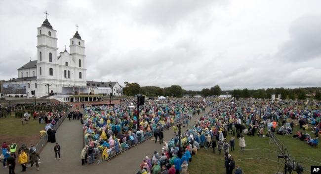 Fieles católico se reúnen para esperar al papa Francisco quien celebrará misa en el Templo Madre de Dios en Aglona, Letonia, el lunes, 24 de septiembre de 2018.
