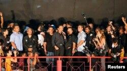 Pemimpin oposisi Malaysia, Anwar Ibrahim berpidato dalam demonstrasi memrotes hasil pemilu di stadion Kelana Jaya, Rabu (8/5).