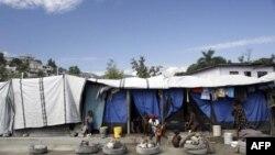 У столиці Гаїті після нищівного землетрусу тисячі людей досі живуть у наметах