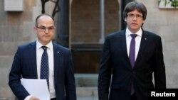 Jordi Turull, à gauche, à l'époque où il était le conseiller de l'ex- président catalan Carles Puigdemont à Barcelone, le 17 octobre 2017.