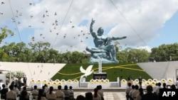 資料照:日本長崎民眾在和平公園里和平祈願像前紀念原子彈爆炸75週年。 (2021年8月9日)