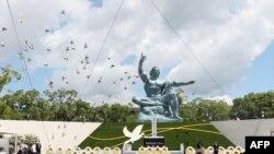 Pelepasan burung merpati pada upacara peringatan 76 tahun pengeboman di Nagasaki, untuk menghormati para korban bom atom AS, di Taman Perdamaian Nagasaki di Nagasaki, Jepang, 9 Agustus 2021. (Foto oleh STR / JIJI PRESS / AFP)