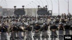 Pasukan keamanan Irak menutup jembatan yang menuju ke Zona Hijau yang dijaga ketat di Baghdad, saat terjadi protes anti pemerintah (foto: dok).
