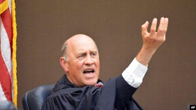 富尔顿郡高等法院法官杰里·巴克斯特(Jerry Baxter)在法庭上