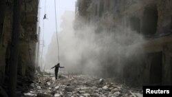 បុរសម្នាក់ដើរកាត់អគារបាក់បែកបន្ទាប់ពីការវាយប្រហារតាមអាកាសទៅលើសង្កាត់ al-Qaterji ក្រុង Aleppo ប្រទេសស៊ីរី កាលពីថ្ងៃទី២៥ ខែកញ្ញា ឆ្នាំ២០១៦។