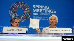 លោកស្រី Christine Lagarde នាយកមូលនិធិរូបិយវត្ថុអន្តជាតិ IMF (រូបស្តាំ) បង្ហាញពីឯកសាររបៀបវារៈ នៅពេលលោកស្រីចូលរួមក្នុងសន្និសីទកាសែតខ្លីមួយដើម្បីបើកកិចប្រជុំ Annual Spring របស់ធនាគារពិភពលោក និង IMF នៅក្នុងរដ្ឋធានីវ៉ាស៊ីនតោន កាលពីថ្ងៃទី២០ ខែមេសា ឆ្នាំ២០១៧។
