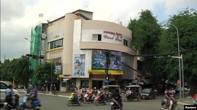 View of Cine Lux cinema in Phnom Penh when film Sberk Kung Was On
