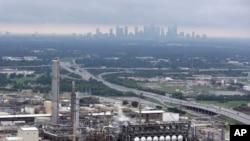 2017年8月29日,俯瞰德克萨斯州休斯顿市中心附近的一家炼油厂。哈维飓风导致这家拥有440万桶日产量的炼油厂陷入瘫痪状态。
