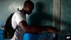 Un électeur exerce son devoir civique dans le centre de Pétionville, en Haïti, le 25 octobre 2015.
