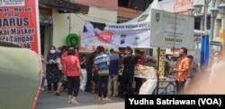 Suasana operasi pasar gula pasir di Solo, Sabtu (9/5) di tengah mahalnya harga komoditas pangan tersebut selama pandemi corona. (Foto: VOA/ Yudha Satriawan)