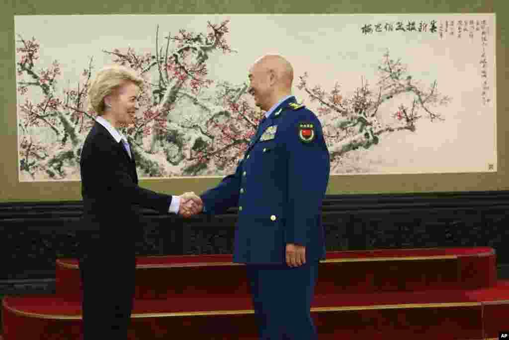 德国国防部长冯德莱恩2018年10月22日在北京的八一大厦会见中国中央军委副主席许其亮。