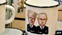 资料照:莫斯科一家旅游纪念品商店出售的印有美国总统特朗普和俄罗斯总统普京漫画像的杯子。(2017年7月5日)