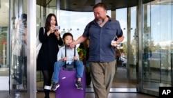 艾未未、王芬(左)和他们的儿子抵达德国慕尼黑机场(2015年7月30日)