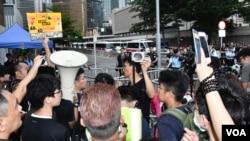 包圍特首辦的示威者與警方隔著鐵馬對峙。(美國之音湯惠芸拍攝)