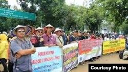 Forum Honorer Kategori II Indonesia (FHK2I) menggelar demo di DPR menuntut perubahan regulasi terkait ASN. (Foto courtesy: FHK2I/dok)