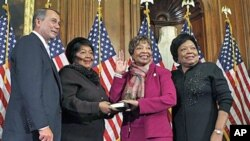 សមាជិកាសភាស.រ.អ. លោកស្រី Eddie Bernice Johnson មកពីគណ:បក្សប្រជាធិបតេយ្យ ពីរដ្ឋ Texas ទីពីរពីស្ដាំ ចូលរួមក្នុងពិធីស្បថសច្ចាប្រណិធាន ជាមួយលោក John Boehner ប្រធានរដ្ឋសភា ពីរដ្ឋអូហាយយ៉ូ នៅវិមានកាពីត