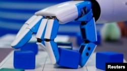 """Los chilenos presentan una gran muestra de tecnología robótica bajo el lema """"El futuro es hoy""""."""