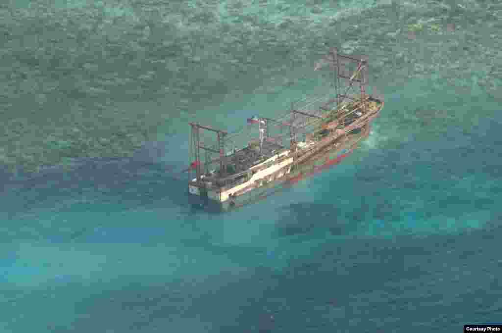 一艘疑似中国渔船4月8日在菲律宾一个受到保护巴塔哈群礁的水域触礁(菲律宾海军)。