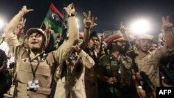 Chiến binh chính phủ lâm thời Libya mừng thắng lợi tại Quảng trường Tử Ðạo ở trong thủ đô Tripoli của Libya
