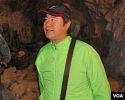 马祖导游陈则明在昔日军事坑道里