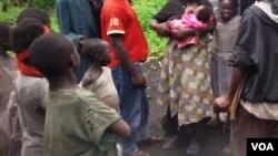 Des enfants de familles déplacées de guerre, dans le village de Kimoka, dans le Nord-Kivu, 6 novembre 2015. (VOA/N. Long).