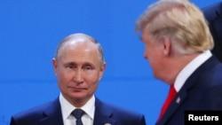 Shugaban Rasha, Vladimir Putin (Hagu) shugaba Trump, (Dama)