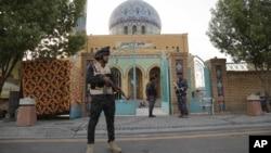 Pasukan keamanan Irak mengamankan sebuah masjid Sunni di Baghdad (foto: dok). Serangan bom ganda atas masjid Syiah di Baghdad menewaskan sedikitnya 15 orang.