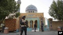 穆斯林齋月期間一名伊拉克安全人員在遜尼派穆斯林清真寺站崗。