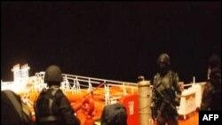 Hình ảnh từ Hải quân Hoàng gia Malaysia cho thấy các hải tặc Somalia bị bắt giữ sau một đọ súng ở Vịnh Aden, ngày 21/1/2011
