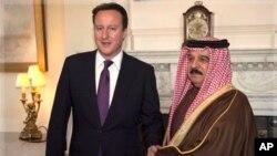 英國首相卡梅倫(左)。