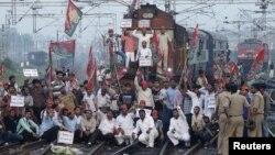 Người biểu tình thuộc Đảng Samajwadi hô khẩu hiệu sau khi chặn một đoàn tàu chở khách trong một cuộc biểu tình gần ga xe lửa Allahabad, ngày 20/9/2012