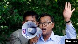 지난 16일 샘 레인시 야당 총재가 프놈펜 사무실 앞에서 지지자들을 향해 연설하고있다.