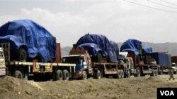 Truk-truk berisi perbekalan bagi pasukan NATO tertahan di kota Chaman, Pakistan selatan.