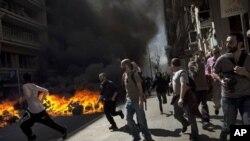 Người biểu tình trong thành phố Barcelona của Tây Ban Nha đốt các thùng rác, trong cuộc tổng đình công để phản đối các biện pháp cải cách kinh tế, 29/3/12