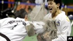 북한 태권도 시범단 선수들이 지난 2007년 4월 한국 춘천에서 격파 시범을 펼치고 있다. 당시 남북한은 서로 다른 태권도 기구의 통합 방안을 논의했지만, 성과를 내지 못했다.