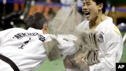 북한 태권도 시범단 선수들이 지난 2007년 4월 한국 춘천에서 시범 공연을 펼치고 있다. 당시 남북한은 서로 다른 태권도 기구의 통합 방안을 논의했지만, 성과를 내지 못했다.