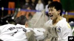 북한 태권도 시범단 선수들이 지난 2007년 4월 한국 춘천에서 시범 공연을 펼치고 있다. (자료사진)
