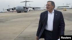U.S. Secretary of Defense Leon Panetta walks across the tarmac as he transfers planes from a C-17 military aircraft to his Boeing E4-B prior to departing for San Francisco, California, November 16, 2012.