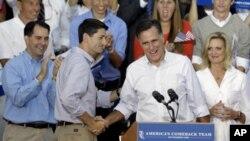 12일 위스콘신 주에서 유세를 벌이고 있는 미국 공화당의 미트 롬니 대통령 후보(오른쪽)와 폴 라이언 부통령 후보.
