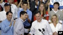 Мит Ромни го претставува Пол Рајан на изборен митинг во Висконсин.