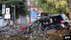 Xe cộ bị kẹt trong bùn lầy và đất đá trên một con đường ở Monterosso, 1 trong 5 ngôi làng thuộc Vườn Quốc Gia của Ý sau trận lụt đêm hôm trước