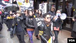 2014年纽约台湾年轻人支持太阳花学运(美国之音方冰拍摄)