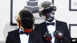 El dúo Daft Punk llega al Staples Center en Los Ángeles, donde se llevaron los grandes honores durante la entrega de los premios Grammy.